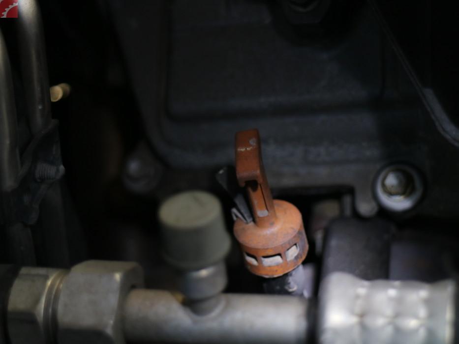 ENGINE OIL LEAK RIGHT SIDE